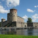 Замок Саовнлинна - один из трех средневековых замков, сохранившихся в Финляндии, со всех сторон, как и полагается, окружен водой.