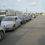 Организованы отдельные очереди для легковых машин, отдельно - для фур, для караванов, и для автобусов.