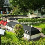 """В парке """"Леголэнд"""" (г.Биллунд) много чего сделано из ЛЕГО. Например, целый миниатюрный город с каналами, железной дорогой и аэродромом."""