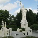 В копии статуи Свободы использовано несколько миллионов деталек Лего. Зачёт!